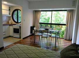 Luminoso Ambiente, con cochera en lo mejor de La Perla, hotel cerca de Playa La Perla, Mar del Plata