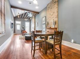 Cozy and Charming House Close to St Charles Ave, villa in New Orleans