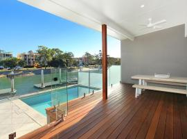 Culbara 23b - Modern 5 Bedroom Townhouse on Canal with Plunge Pool, Pontoon, and Aircon!, hotel in Mooloolaba