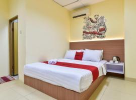 RedDoorz Plus near TIS Square, hotel near Halim Perdanakusuma Airport - HLP,