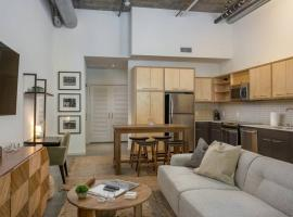 @ Middle of Hollywood: Chic loft, PET OK!, pet-friendly hotel in Los Angeles