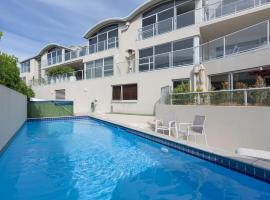 Downtown Mount Apartment - with Pool and Ocean peeps, hotel in Mount Maunganui