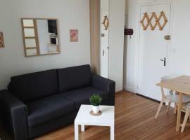 Studio au calme, centre ville, 100 m de la plage, hotel in Cabourg