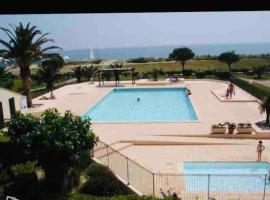 Bord de plage avec grande piscine, hotel in Saint-Cyprien