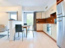 Fully-Renovated Apartment in Palaio Faliro, hotel in Athens
