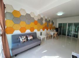 Luxury 3 bedrooms near Impact Arena Muang Thong Thani, hotel in Pak Kret