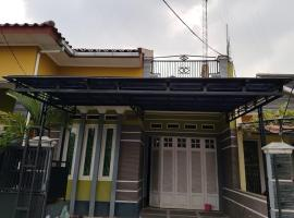Kartika Guest House Cianjur, hotel with parking in Cianjur