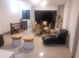 Cobertura Duplex 4 qts, 2 vgs garagens a 150 metros da Praia do Forte Cabo Frio, accessible hotel in Cabo Frio