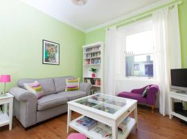 Bright and Modern Causewayside Apartment, hotel with pools in Edinburgh