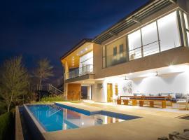 Luxury Villa Stunning Views, Pool & AC Full Service - Sleeps 10, hotel in Guanacaste