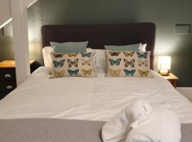 Colchester Villas - Stylish, Central & Spacious Apartment, hotel in Truro