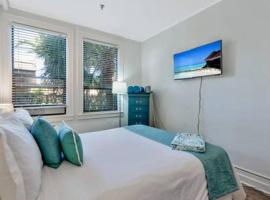 Ultra modern Palm Beach Island 175 SF Hotel Room Suite 2 blocks to beach with free parking!, hotel in Palm Beach