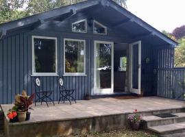 Beech Hut - a streamside family escape near Salcombe and Beaches, hotel in Kingsbridge