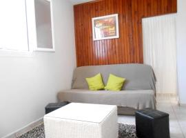 Apartment with one bedroom in SaintBenoit with wonderful city view enclosed garden and WiFi, hôtel à Saint-Benoît