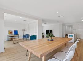 Family holiday paradise - new modern beach house, hotel in Torquay
