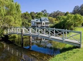 PLUM TREE COTTAGE - spa cottage with woodfire, hotel in Apollo Bay