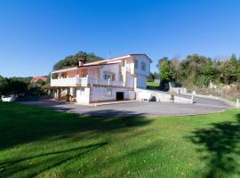 Villa con espectacular jardín cerca de Isla, hotel in Arnuero