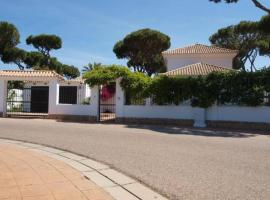 Villa Nueva Alegría - five bedrooms, huge, biodiverse, private gated gardens, pool, games room with bar and pool table, extremely close to the beach and woods., Hotel in Huelva