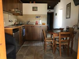 ANOI 1-bedroom country apartment with Terrace and free WiFi, hotel near Minthis Hill Golf Club, Episkopi Pafou