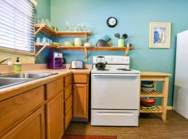 Inn 2 - Downtown 1 bedroom unit, sleeps 6 with shared hot tub, villa in Moab