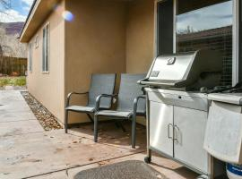 CW343 - Great downtown location with a private hot tub, villa in Moab