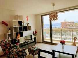 Sea View Stylish Appartment - Top Center Varna, апартамент във Варна