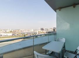 Spacious 1B/R Apartment in Marsa Plaza, hotel conveniente a Dubai