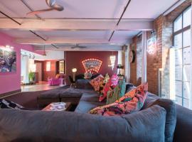 Amazingly Luxurious Loft Apartment, Soho - 3 Bedrooms, 2 Bath & Office, hotel near Oxford Circus Tube Station, London
