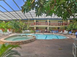 Corpus Christi Condo with Pool and Patio Less Than 1Mi to Beach, apartment in Corpus Christi