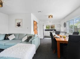 Archie's Beach Bach - Orewa Holiday Home, hotel in Orewa