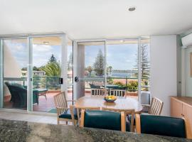 Castillo Del Mar 10 - Lake View Roof Terrace with Spa, hotel in Tuncurry