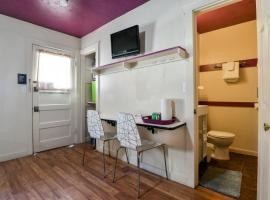 Lodge 4 - Downtown location. Studio with shared hot tub. Minutes to Arches N.P., hotel in Moab