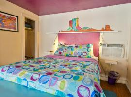 Lodge 6 - Downtown location. Studio with shared hot tub. Minutes to Arches N.P., hotel in Moab