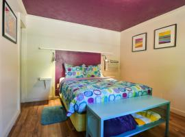 Lodge 2 - Downtown location. Studio with shared hot tub. Minutes to Arches N.P., hotel in Moab