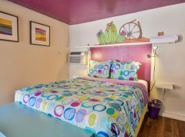Lodge 7 - Downtown location. Studio with shared hot tub. Minutes to Arches N.P., hotel in Moab
