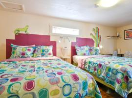 Lodge 8 - Downtown location. Studio with shared hot tub. Minutes to Arches N.P., hotel in Moab