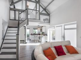 Curragh House Lodges, vacation home in Kinsale