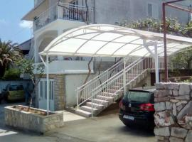 Apartments with a parking space Jelsa, Hvar - 13513, hotel in Jelsa