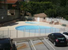 Appartement T2 dans résidence avec piscine, court de tennis et parking privé 4PA59, hotel with pools in Collioure