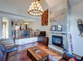 Downtown Luxury Chalet #1240 Near Resort With Hot Tub - FREE Activities Daily, WiFi & Shuttle, hotel in Winter Park