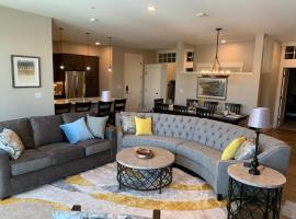 Downtown Luxury Condo #406 Near Resort With Huge Hot Tub - FREE Activities Daily, WiFi & Shuttle, hotel in Winter Park