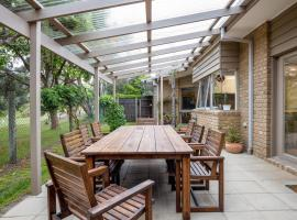 Hilltop Beach House: newly updated, hotel in Blairgowrie