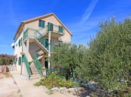 Family friendly seaside apartments Cove Makarac, Brac - 18026, hotel in Milna