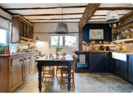 The Dairy, one bedroom cottage in a 15th century farmhouse, hotel in Parham