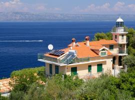 Unique seaside villa with pool, hotel in Vela Luka