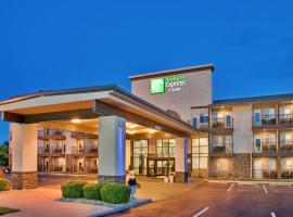 Holiday Inn Express Hotel & Suites Branson 76 Central, resort in Branson