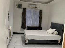 OYO Life 3082 Kost Putri Wonorejo, hotel in Surabaya