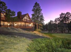 Pristine Flagstaff Cabin with Decks and Mountain Views!, vacation rental in Flagstaff