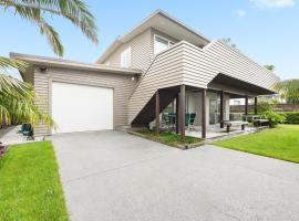 Komaru Beach House - Mt Maunganui Holiday Home, hotel in Mount Maunganui