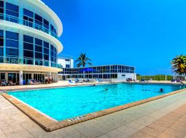Ocean view studio with direct beach access and a shared pool & tennis court!, villa in Miami Beach